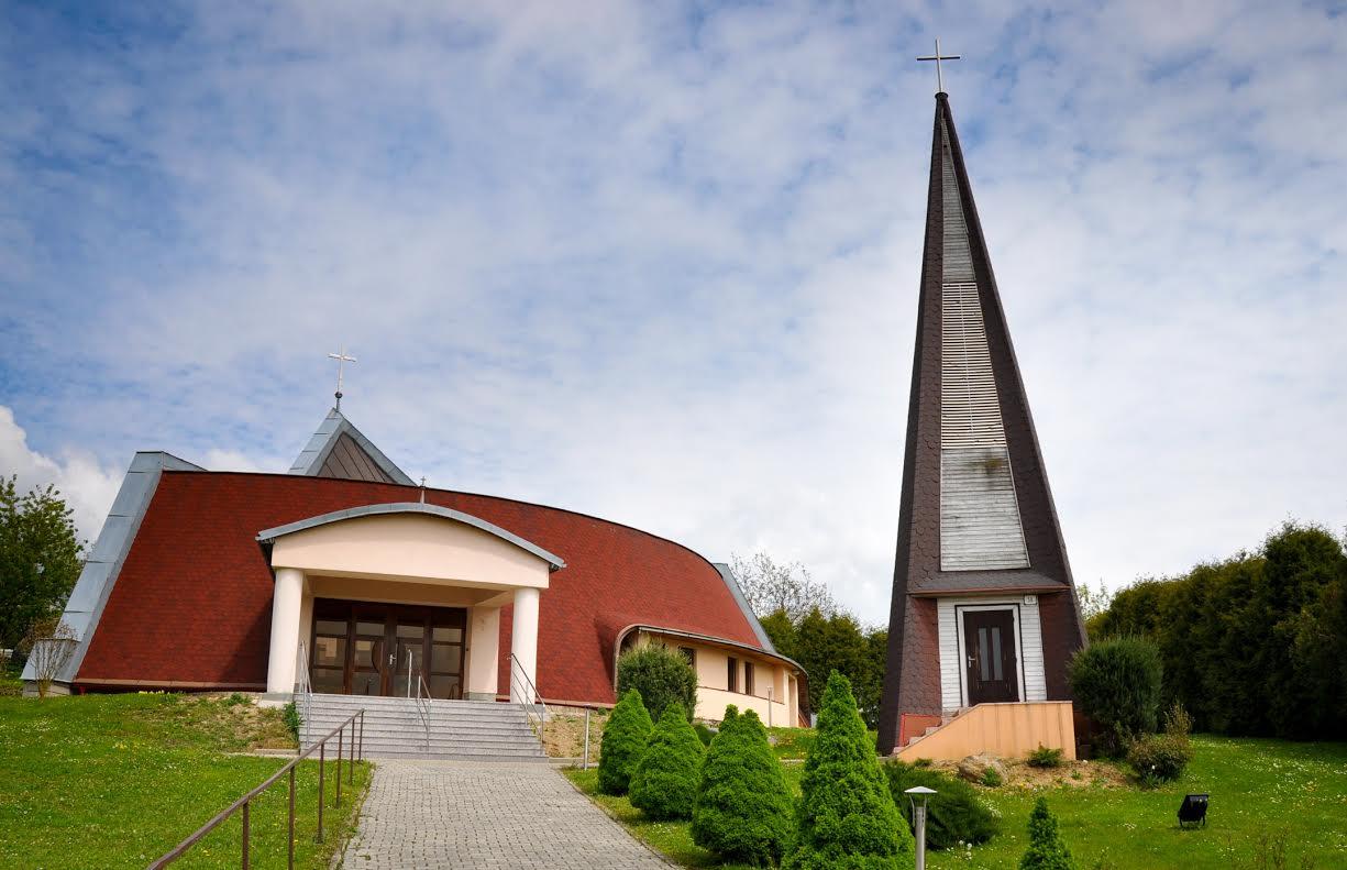 4148a2cff Filiálny kostol Najsvätejšej Trojice - Čelovce. Dokončený v roku 1992.